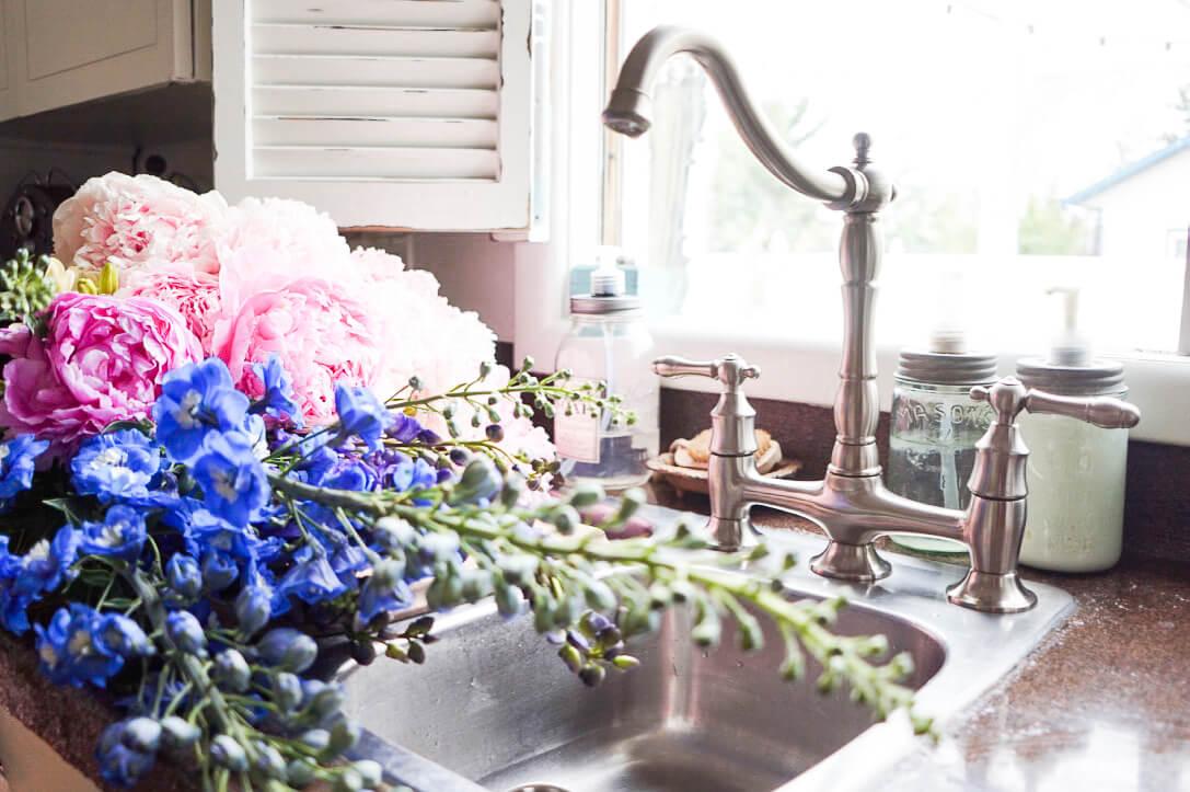 bouquet-fresh-cut-flowers-farmhouse-kitchen-sink-mason-jar-soap-dispenser
